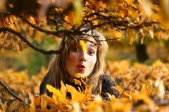 秋天秀丽嬉戏的纵向妇女 库存照片
