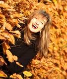 秋天秀丽快乐的纵向妇女 免版税图库摄影