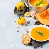 秋天秋天烤了橙色南瓜红萝卜汤用大蒜 免版税库存图片