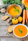 秋天秋天烤了橙色南瓜红萝卜汤用大蒜 免版税库存照片