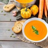 秋天秋天烤了橙色南瓜红萝卜汤用大蒜 库存图片