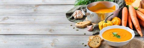 秋天秋天烤了橙色南瓜红萝卜汤用大蒜 免版税图库摄影