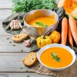 秋天秋天烤了橙色南瓜红萝卜汤用大蒜 图库摄影
