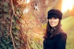 秋天穿时髦帽子和外套的时尚妇女 库存图片