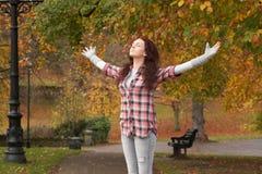 秋天突出女孩的公园少年 图库摄影