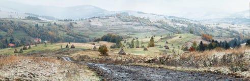 秋天第一雪 降雪在山村 免版税库存图片