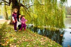 秋天系列公园年轻人 免版税库存图片