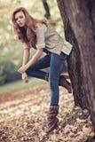 秋天纵向亭亭玉立的妇女年轻人 库存照片