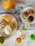 秋天结构的不同的品种南瓜,杯形蛋糕,梨,曲奇饼塑造 免版税图库摄影