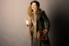 秋天给时装模特儿冬天穿衣 免版税库存照片