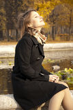 秋天美丽的享用的女孩星期日年轻人 图库摄影