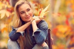 秋天美丽的公园妇女 图库摄影
