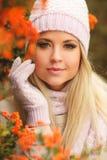 秋天美丽的公园妇女 库存图片