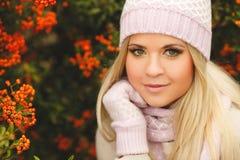 秋天美丽的公园妇女 免版税库存照片