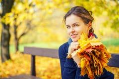 秋天美丽的公园纵向妇女年轻人 免版税库存照片