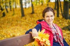 秋天美丽的公园纵向妇女年轻人 库存照片