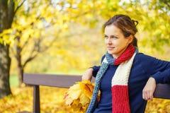 秋天美丽的公园纵向妇女年轻人 免版税库存图片