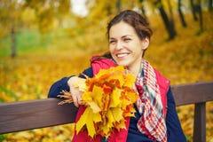 秋天美丽的公园纵向妇女年轻人 库存图片