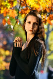 秋天美丽的公园纵向妇女年轻人 免版税图库摄影