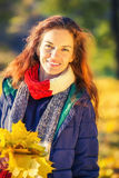 秋天美丽的公园纵向妇女年轻人 图库摄影