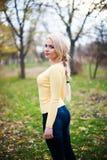 秋天美丽的公园走的妇女年轻人 免版税库存图片