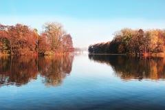 秋天美丽的公园 秋天在米斯克 秋叶结构树 秋天横向 公园在秋天 树的镜象反射在wa的 免版税库存图片
