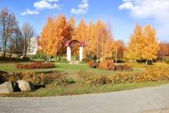 秋天美丽的公园 秋天在米斯克 秋叶结构树 秋天横向 公园在秋天 森林在秋天 免版税库存照片