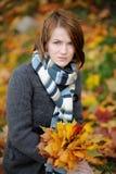 秋天美丽的夫人年轻人 免版税图库摄影