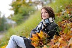 秋天美丽的夫人年轻人 图库摄影