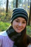 秋天美丽的女孩公园年轻人 免版税库存照片