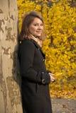 秋天美丽的女孩公园年轻人 免版税图库摄影