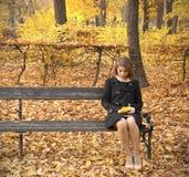 秋天美丽的女孩公园年轻人 库存图片