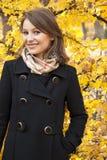 秋天美丽的女孩公园微笑的年轻人 图库摄影