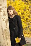 秋天美丽的女孩公园浪漫年轻人 免版税库存图片