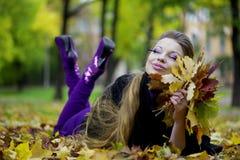 秋天美丽的女孩公园 免版税库存图片