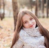 秋天美丽的女孩公园 库存照片