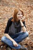 秋天美丽的女孩头发的公园红色 图库摄影