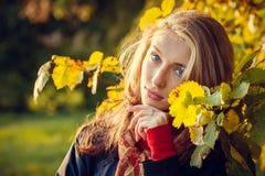 秋天美丽的女孩 图库摄影