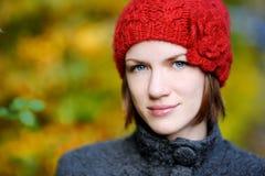 秋天美丽的妇女年轻人 免版税库存图片