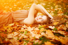 秋天美丽的日秋天森林走的妇女 秋天美丽的女孩公园年轻人 免版税库存照片