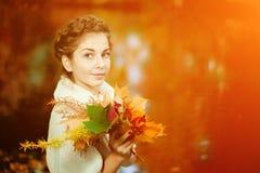 秋天美丽的日秋天森林走的妇女 秋天美丽的女孩公园年轻人 库存图片