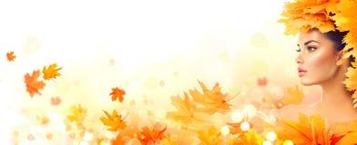 秋天美丽的日秋天森林走的妇女 秋天 有秋天明亮的叶子的秀丽式样女孩 免版税图库摄影