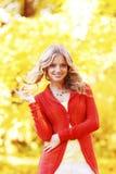 秋天美丽的日秋天森林走的妇女 图库摄影