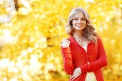 秋天美丽的日秋天森林走的妇女 库存图片