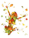 秋天美丽的日秋天森林走的妇女 免版税库存照片