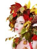 秋天美丽的日秋天森林走的妇女 免版税图库摄影