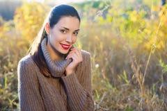秋天美丽的森林妇女年轻人 库存照片
