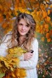 秋天美丽的dof公园浅妇女年轻人 免版税库存照片