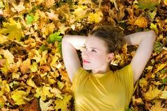 秋天美好的秋天留下妇女黄色 免版税库存图片