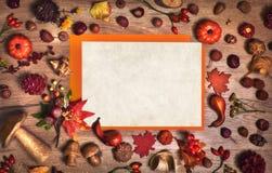 秋天背景和大模型与白纸和秋天decorati 免版税库存照片